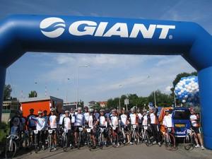 キングツアーは世界中で開催。その地域の熱狂的なサイクリストや政治家、ビジネスリーダーなども参加する